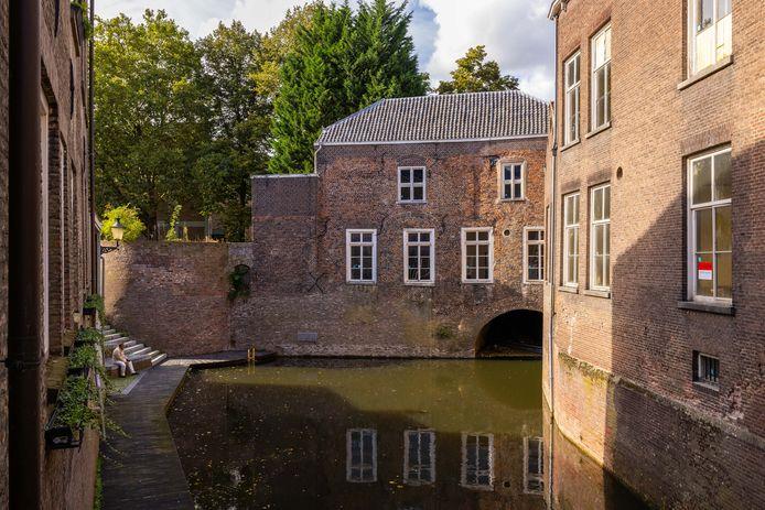 Oude Apotheek (rechts) en Regentenhuis in het stiltegebied rond het Herman Moerkerkpleintje.