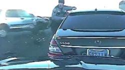 VIDEO. Dashcam toont hoe auto in flank politiewagen rijdt