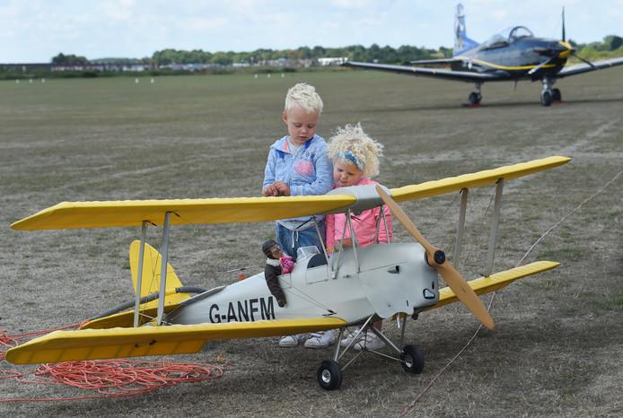 Tom en Lise Smallenbroek uit Ede bewonderen een modelvliegtuig op de Zeeuwse Vliegdagen.