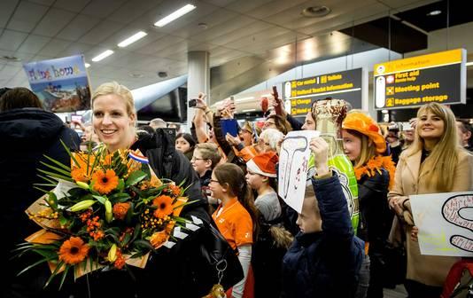 Heldenontvangst voor de handbalsters op Schiphol na de verloren WK-finale in 2015.