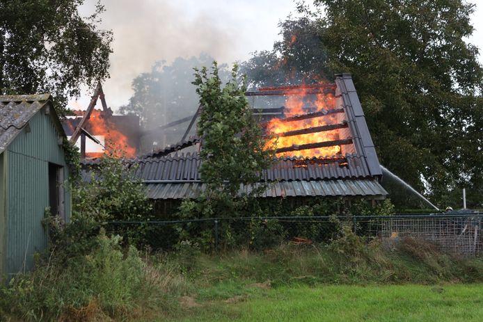 In een schuur op de Struikenheide in Sint-Oedenrode woedde maandagmiddag een flinke brand.