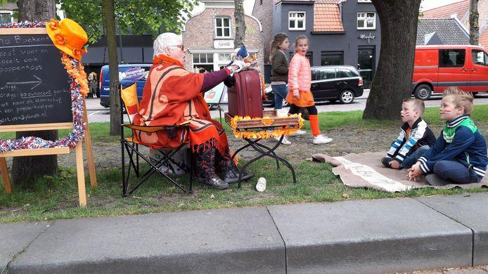 De Oisterwijkse Gert Geurtsen trad op Koningsdag 2018 in Oisterwijk op als Oma Boekentas