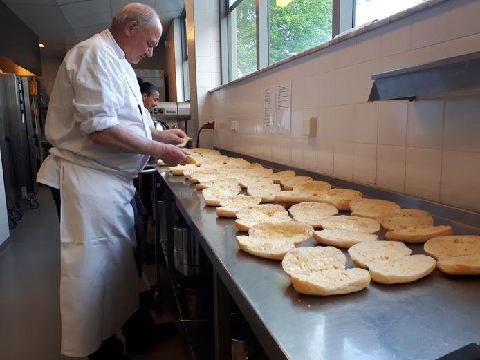 Chef-kok Henk Testerink van Theater Orpheus is druk bezig met de laatste voorbereidingen voor de RMS-dag in Orpheus vandaag
