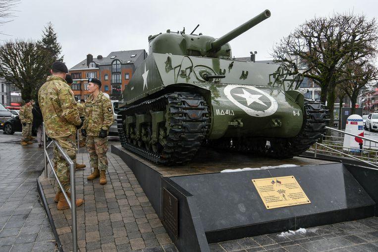 Amerikaanse soldaten bij een tank in Bastogne, bij de herdenking van de 'battle of the Bulge' in 2019. Beeld BELGA