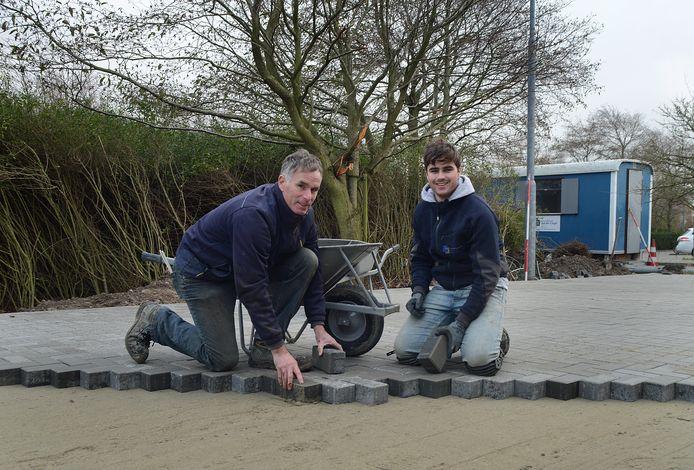 Arnold van der Cingel is met zijn zoon Yannick aan het werk in Zierikzee.