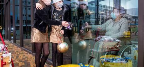 Pam en Cato geven 700 kerstballen aan Amphia-patiënten: 'Met kerst moet niemand alleen zijn'