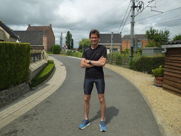 Joris Beaumon in Wontergem, met op de achtergrond links het geboortehuis van Lucien Buysse, de bekendste sportheld van Wontergem en Deinze.