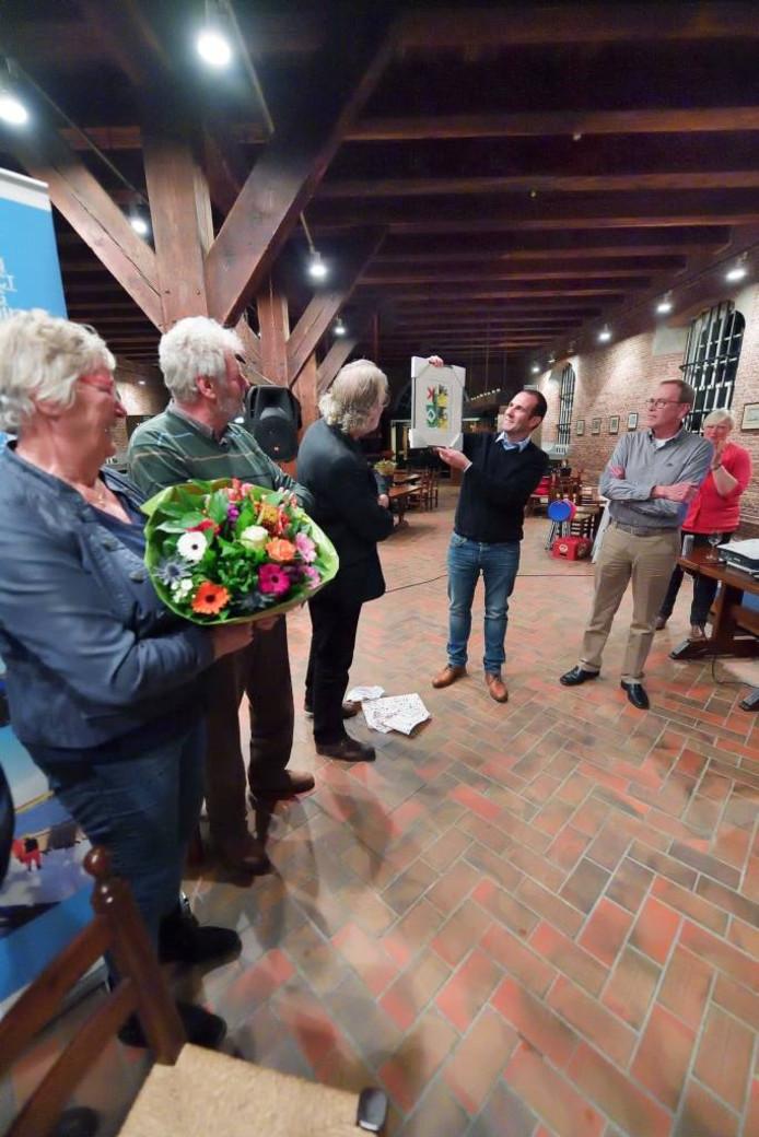 Onder toeziend oog van de Fort-vrijwilligers neemt Joost van Rijckevorsel de prijs in ontvangst. foto peter van trijen/pix4profs