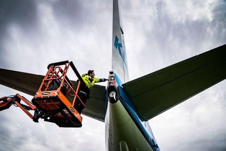 Een van de twaalf KLM-toestellen die wegens de terugval in het aantal vluchten gestald zijn op Groningen Airport Eelde.  Beeld Hollandse Hoogte /  ANP