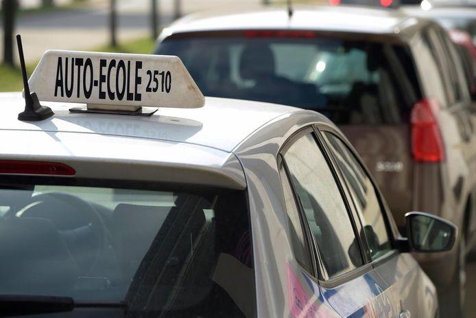 Tijdens haar autorijlessen werd een jonge automobiliste op een kruispunt in Waregem aangereden.