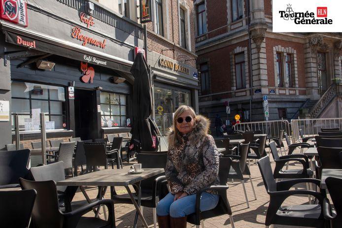 Marleen De Meyer op haar uitgebreide terras aan De Reynaert.