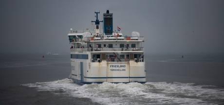 Oeps, handrem vergeten: bestelbus bungelt half boven zee op veerboot