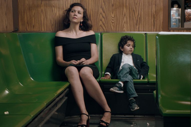 Maggie Gyllenhaal en Parker Sevak in The Kindergarten Teacher. Beeld