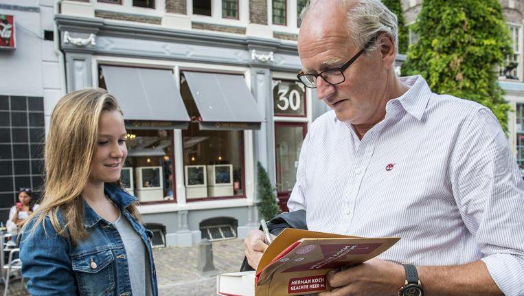 Herman Koch signeert zijn boek Beeld anp
