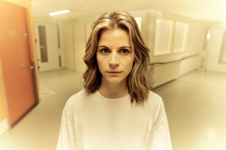 Het plotse overlijden van haar moeder, met wie ze geen hechte band had, raakt Eva (een voortreffelijke Elise Schaap, genomineerd voor een Gouden Kalf) harder dan ze had verwacht. Beeld Mijn vader is een vliegtuig