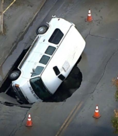 Un gouffre engloutit le véhicule d'une famille
