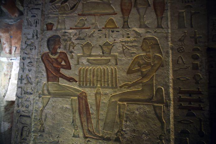 Een in de muur gehouwen afbeelding, vermoedelijk van priester Wahtye en zijn vrouw.