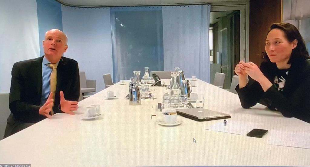Minister Blok en Clingendaeldirecteur Monika Sie  luisteren naar meningen over het buitenlands beleid.