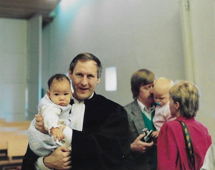 Predikant Dirk van Wageningen na een doop. Hij ging vele jaren voor in allerlei diensten in onder meer Leusden.