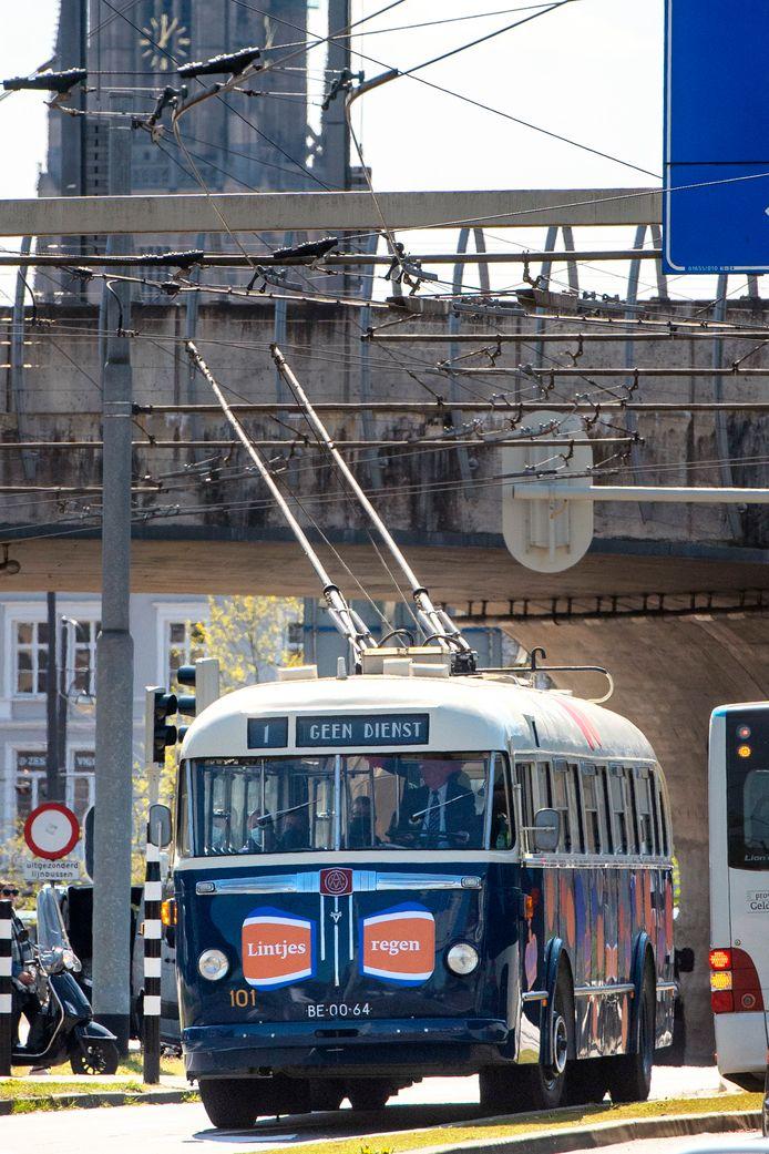 De 'Lintjestrolley' bij de Zijpse Poort.