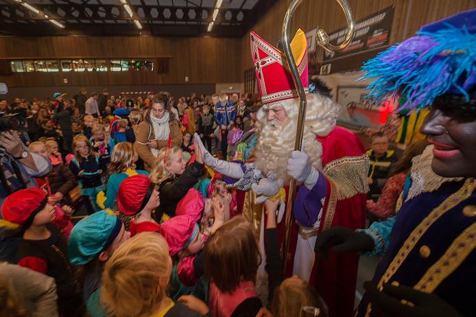 Sinterklaas  zag dat in Heino een sporthal vol met kinderen en ouders  uitkeek naar zijn komst.