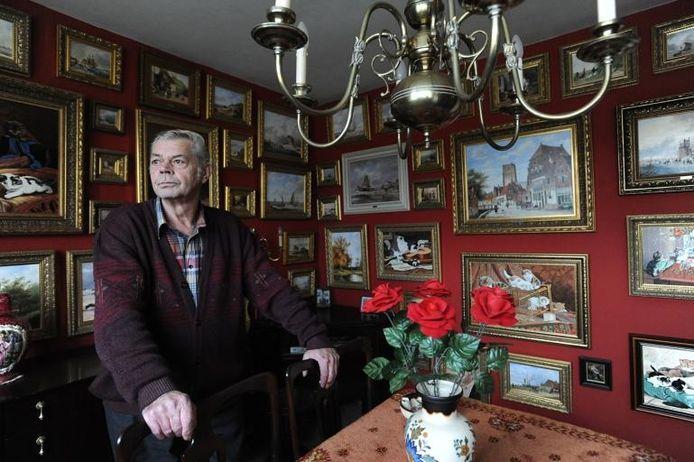 Boven in zijn huis heeft Jac Bekers zijn 'museum' ingericht. Tientallen schilderijen. Allemaal in de stijl van de Oude Meesters foto Ron Magielse/het fotoburo