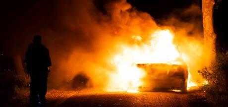 Wagen gaat in vlammen op bij Geffen