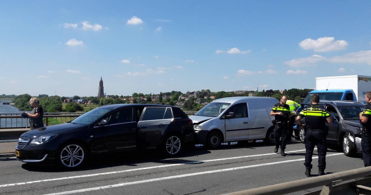 Rijnbrug dicht na ongeval tussen vier autos op N233 in Rhenen.