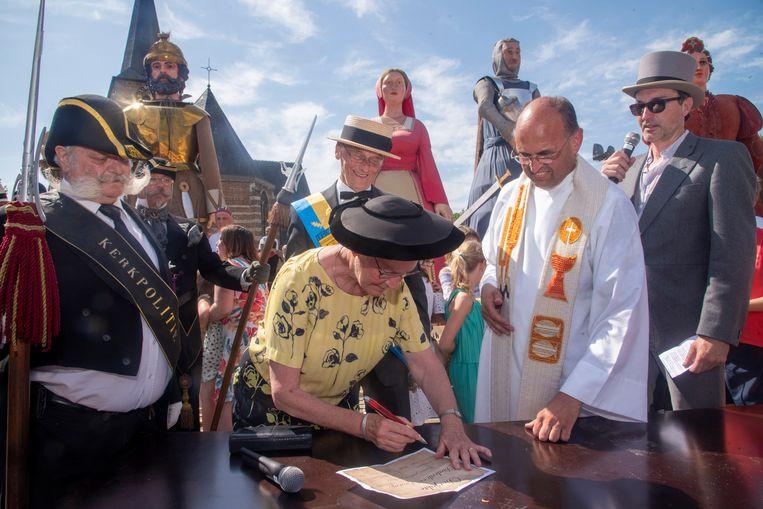 Meter en peter Marc en Paula ondertekenen de doopakte van de reuzen Diederik en Beatrijs Van Massemen.