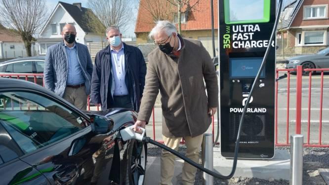 """Knokse Bandencentrale neemt twee nieuwe laadpalen in gebruik: """"Meebouwen aan groene toekomst"""""""