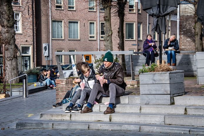 'Terrasje pikken' op de Ganzenheuvel in Nijmegen.