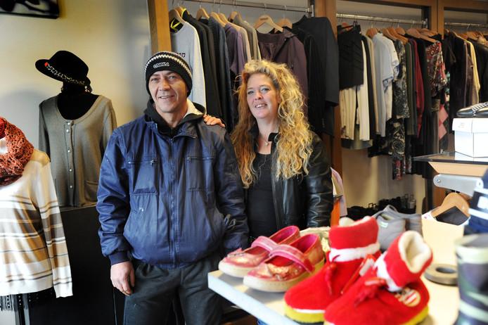 Mariska Hooftman uit Arnemuiden is vaste klant bij Kringloop Arnestein. Ze looft de gastvrijheid en het sociale prijzenbeleid van eigenaar Bujar Gashi (links).