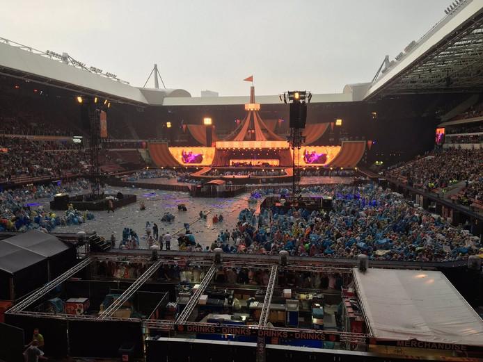 Het veld van het Philips Stadion is bijna geheel ontruimd vanwege naderend onweer.
