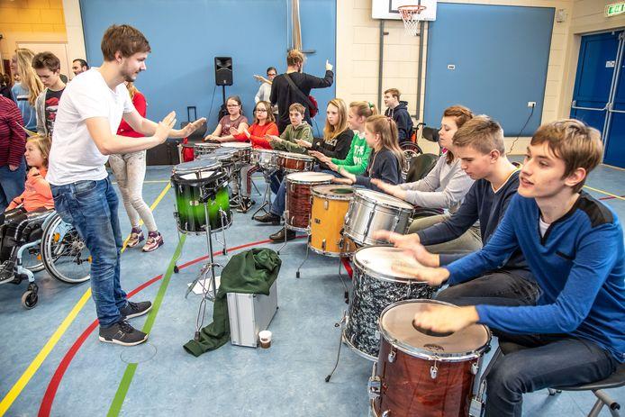 Deze kinderen hebben een instrument leren bespelen op school. Op 18 december staan ze met hun band in Hedon.