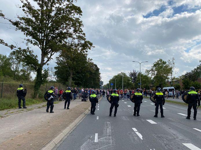 De ME verzamelt zich bij het kruispunt naast De Adelaarshorst waar Go Ahead-fans graag de spelersbus van PEC Zwolle willen uitzwaaien.