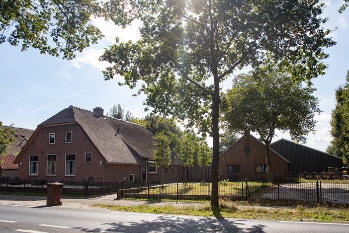 De monumentale boerderij met bijgebouwen van Gerard Pronk aan de Birkstraat tussen Soest en Amersfoort. De  paardenstallen bevinden zich aan de achterkant.