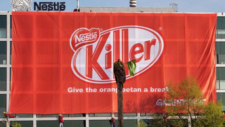 Een spandoek van Greenpeace op het kantoor van Nestlé in Amsterdam zegt 'Give the orang oetan a break', een verwijzing naar KitKat-reclame. Foto ANP Beeld