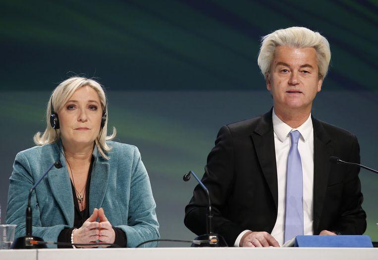 Marine Le Pen en Geert Wilders bij een conferentie van Europese nationalisten in Italië. 'Voor Amerika is het van belang dat Europa een welvarend en vooruitstrevend deel van de wereld blijft en niet wegzakt in radicaal-rechts populisme dat nationalisme, protectionisme, xenofobie en racisme aanwakkert.' Beeld ap