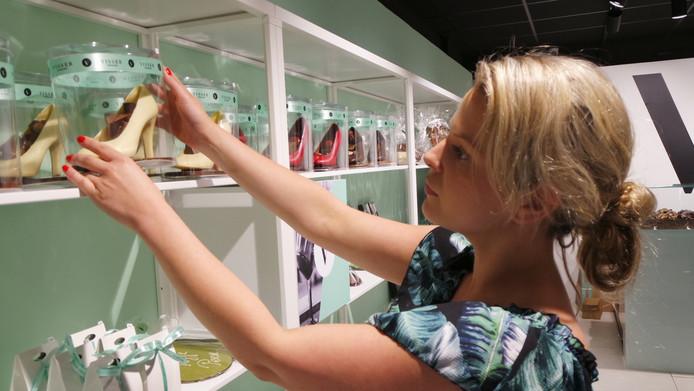 Kersverse ondernemer Melissa van Dinther legt de laatste hand aan haar zaak Visser Chocolade, vanaf zaterdag 9 juni geopend op winkelcentrum Ussen.