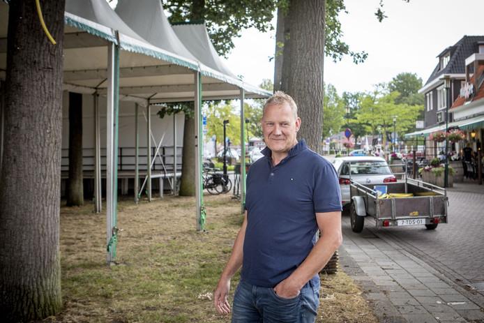 Voorzitter Stephan Bosch van de Hellehondsdagen bij de grote feesttent in De Lutte.