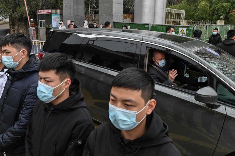 Leden van de WHO-missie verlaten het Centre for Disease Control in Wuhan. Beeld AFP