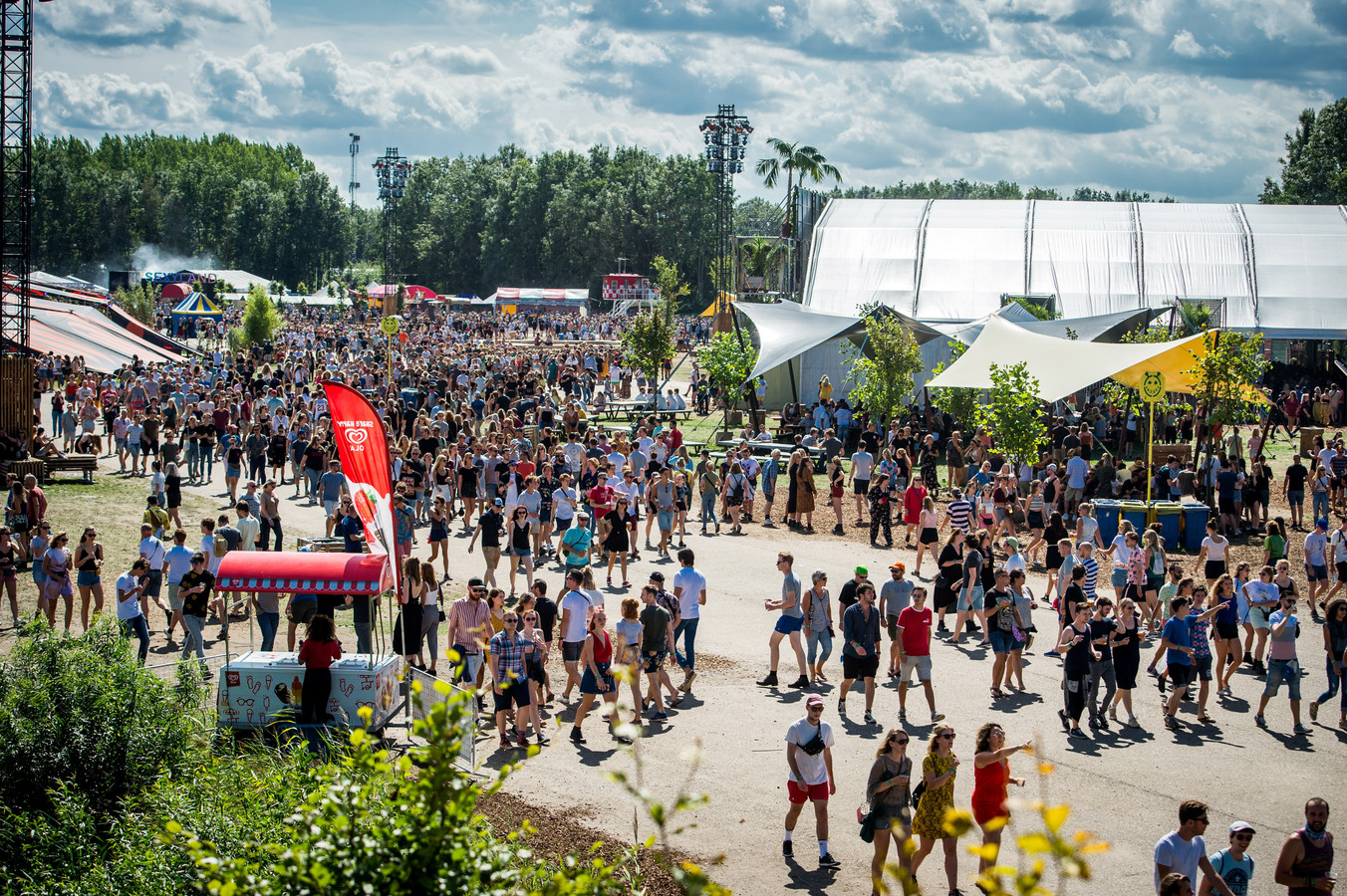 Festivalgangers op het festivalterrein tijdens de eerste dag van de 26e editie van muziekfestival A Campingflight to Lowlands Paradise in 2019.