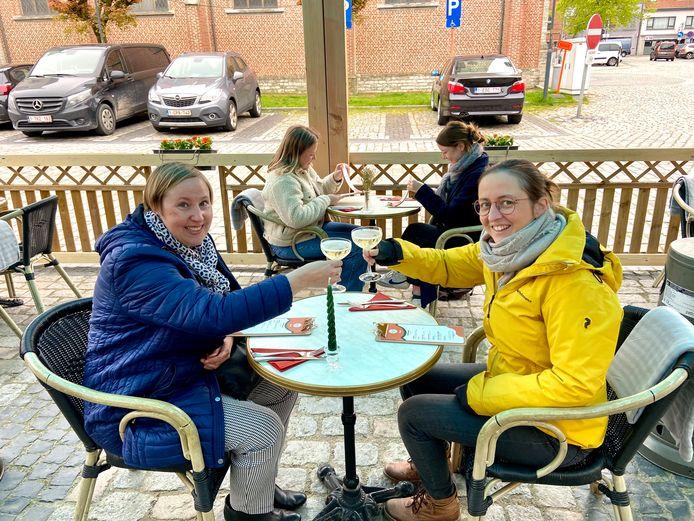 Eerste terrasje van het jaar bij Bar Frans in Wommelgem: Goedele (links) en Kristel (rechts) klinken met een cavaatje