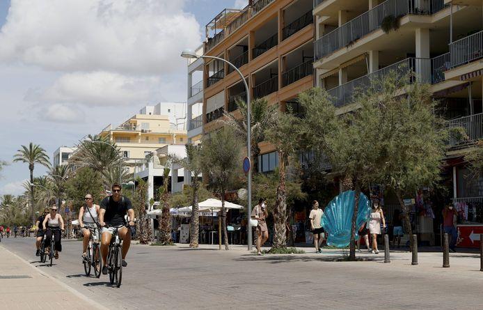 De boulevard in El Arenal op Palma de Mallorca. In het uitgaansgebied van de badplaats vond een geweldsincident plaats waarbij een 27-jarige man uit Waddinxveen tegen het hoofd werd geschopt en later overleed.
