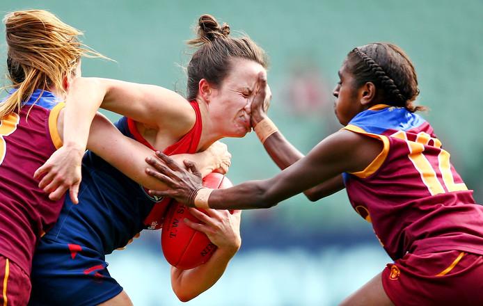 Bam! Rugbyster Daisy Pearce (midden) heeft het zwaar bij een duel met Emily Bates en Delma Gisu.