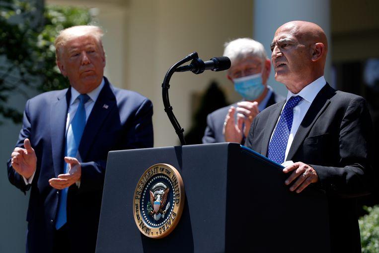 Donald Trump applaudisseert terwijl Moncef Slaoui aan het Witte Huis operatie Wasp Speed uit de doeken doet: de Marokkaanse Belg moet vóór eind dit jaar een vaccin helpen ontwikkelen.