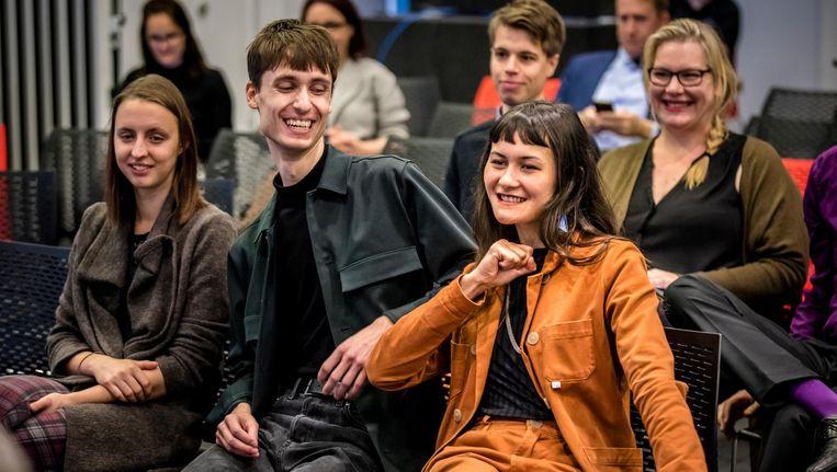 Initiatiefnemers Marlou Gijzens, Luca van der Kamp en Nina Boelsums reageren enthousiast als ze horen dat er een referendum komt over de sleepwet, tijdens de openbare zitting in Nieuwspoort over het referendum rondom de de Wet op de Inlichtingen- en veiligheidsdiensten. Beeld anp