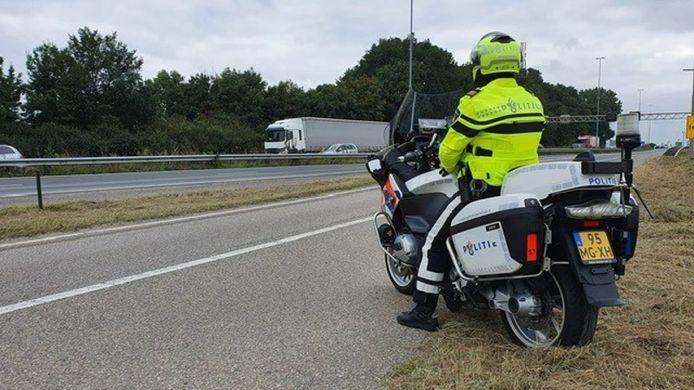 De politie hield een controle met andere overheidsdiensten in De Markiezaten.
