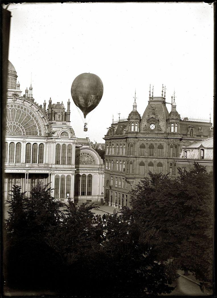 Opstijgen van luchtballon Koningin Wilhelmina met aeronaut Léon Mary gezien vanaf het dak van Reguliersgracht 142 om 17.00 uur, Amsterdam, 1893 Jacob Olie Jbz, Stadsarchief Amsterdam Beeld Stadsarchief Amsterdam