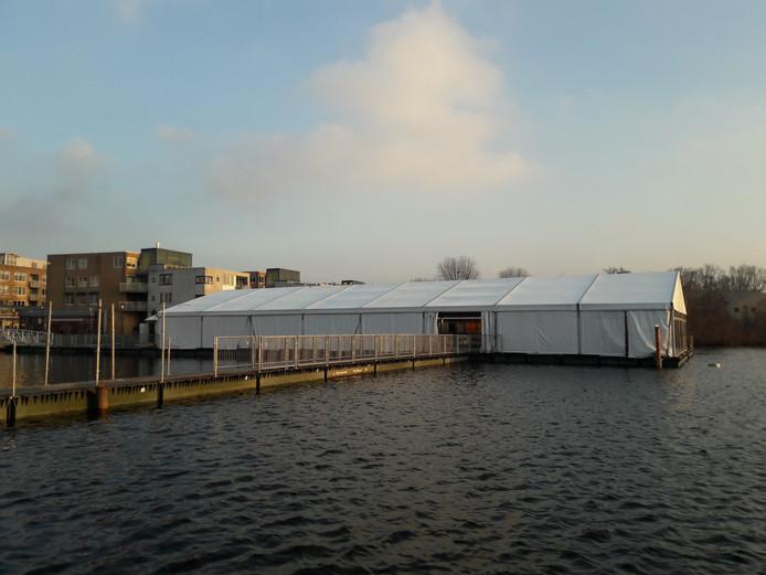 De ijsbaan bij winkelcentrum Emiclaer is voor het eerst overdekt.